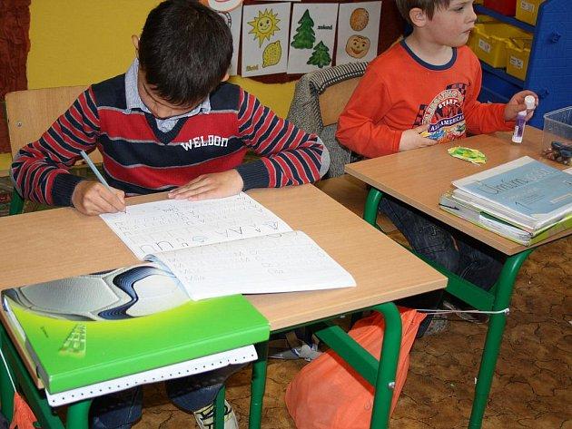 Novým druhem psacího písma se učí psát děti v některých základních školách. Prvňákům v ZŠ Komenského v Karviné-Novém Městě to jde moc hezky.