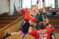 Karvinští házenkáři (v červených dresech) triumfovali na domácím turnaji.