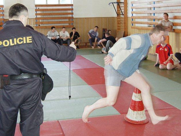 Adepti na policisty předváděli, jakou mají fyzickou kondici.