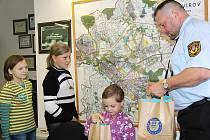 Děti, které nalezly a vrátily peněženku, byly odměněny a ředitel MP Havířov Bohuslav Muras je provedl hlavním komisariátem