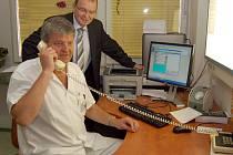 Přímo z ordinace od počítače může lékař objednat vyšetření pacienta na kterémkoli jiném pracovišti karvinsko–orlovské nemocnice. To vše díky novému informačnímu systému. Vzadu v obleku ředitel nemocnice Miroslav Janečka.