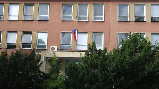 Špatně vyvěšená vlajka na policejním oddělení v Havířově-Městě