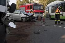 Dopravní nehoda osobního a dodávkového vozu na Okrajové ulici v Havířově