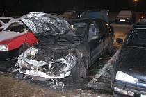 Úmyslně založeným ohněm poškozené automobily.