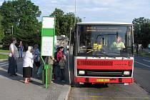 Přestože řidiči havířovského ČSAD stávkovali, lidé se autobusů dočkali. Havířovské jezdily s delšími intervaly a dopravu zajistily také spoje jiných společností.