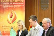 Primátor Zdeněk Osmanczyk (vpravo) společně s kolegy ve středu popsal stav příprav na zářijové evropské klání floristů. Uprostřed český reprezentant Jaromír Kokeš.