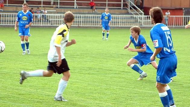 Fotbalisté MFK Havířov (modré dresy) v závěrečném zápase krajského přeboru remizovali na hřišti Krnova.