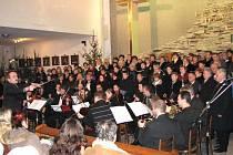 V kostele sv. Anny vystoupil velký smíšený pěvecký sbor a orchestr.