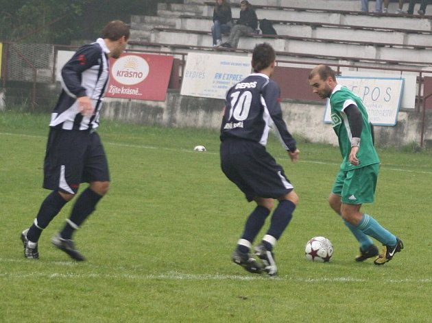 Jan Zoller (v zeleném) u míče. To znamená velké nebezpečí pro obranu Horní Suché.