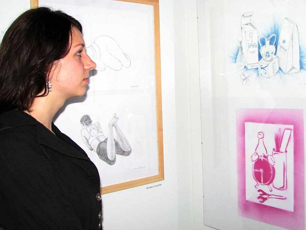 Absolventka druhého stupně výtvarného oboru Veronika Michálková na vernisáži.