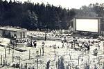Letní panoramatické kino na pohlednici z konce šedesátých let minulého století.