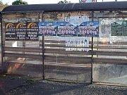 Plakáty hyzdí autobusové zastávky