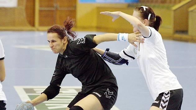 Lucie Vaňková (vlevo) a její spoluhráčky jdou v poháru dál.