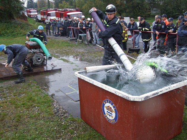 Soutěž dobrovolných hasičů v požárním útoku v Havířově. Někteří neváhali se potápět...