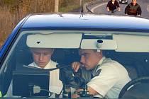 Dopravní policisté ve vozidle s radarem