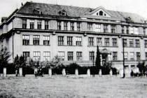 Masarykova měšťanská škola v Petřvaldě v roce 1927.