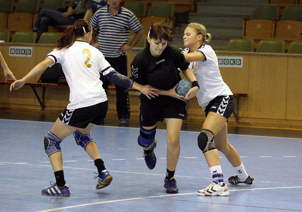 Karvinské házenkářky (v černém) přehrály juniorky Zlína jsou ve 3. kole Českého poháru.