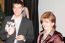 Režisér David Vigner křtil své DVD s ředitelkou Státního okresního archivu v Karviné Irenou Hajzlerovou.