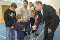 V Karviné byla po roční rekonstrukci, která probíhala za provozu, slavnostně otevřena základní škola Mendelova