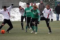Karvinští fotbalisté (v zeleném) odehráli první přípravu. S Púchovem remizovali 2:2. Na snímku Jan Buryán (vpravo) a Marek Kostoláni, nová posila z Nitry.
