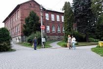 Podstatnou změnou projde okolí bývalé základní školy, kde bude sídlit obecní úřad.