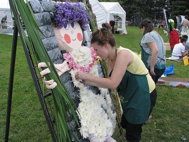 Floristé při tvorbě květinových výtvorů na každoroční slavnosti Havířov v Květech
