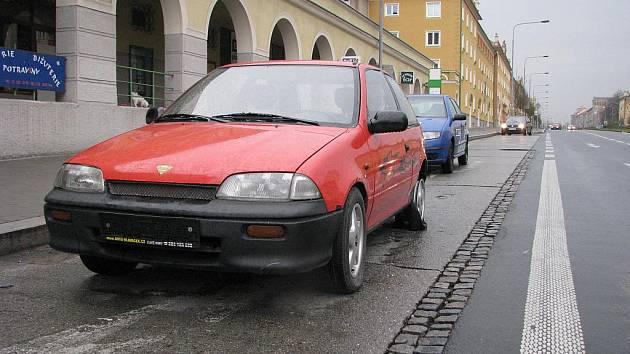 Poškozené auto, se kterým opilý řidič projížděl havířovskými ulicemi