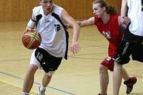 Basketbalisté Karviné (vlevo Tomáš Hamrus) brzy začnou soutěž kategorie U20, tzv. mladých mužů.