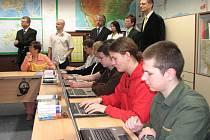 Studenti si mohli nové laptopy z mobilního boxu hned vyzkoušet.