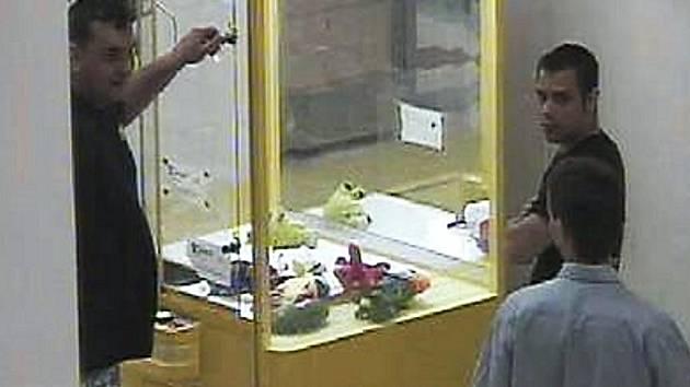 Podezřelí muži u automatu s plyšovými hračkami