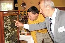Miroslav Szop (vpravo) se svým synem Petrem na výstavě včelařských exponátů.