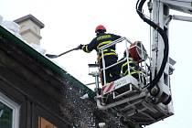 Led a sníh museli za střechy shazovat hasiči