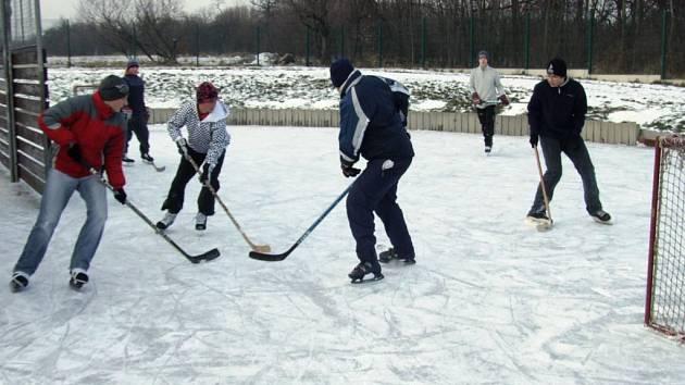 Na kluzišti kluci hrají hokej.