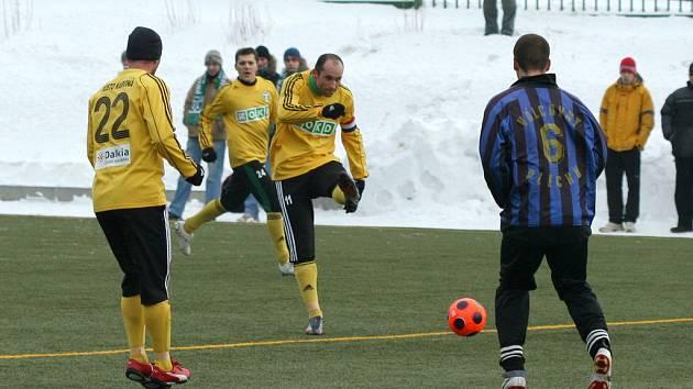 Martin Opic (střílející) dal v přípravě už pět gólů a stíhá vedoucího Vladimíra Mišinského.