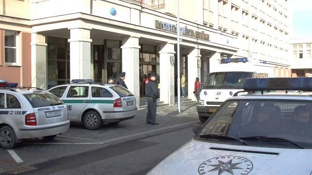 Magistrátní komplex byl ve středu vylidněn a policie ho prohledala. Žádná nálož nalezena nebyla.