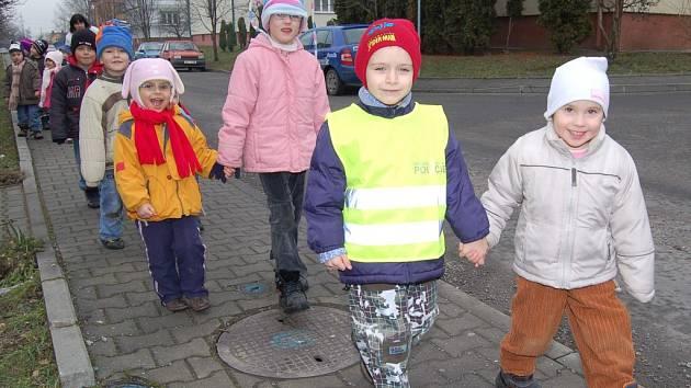 Předškoláci jsou ve vestách lépe vidět.