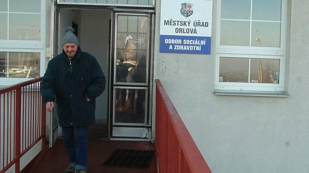 Muž vychází z budovy, kde od počátku ledna nově sídlí sociální a zdravotní odbor orlovské radnice.