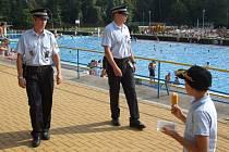 Strážníci při kontrole letního koupaliště. Archivní snímek.