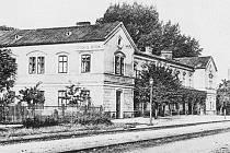 Původní nádražní budova v Petrovicích kolem roku 1916.