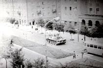 Tank na tehdejší Gottwaldově třídě (dnešní Hlavní třída) v centru Havířova, mezi Radostí a Lučinou.