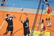 Volejbalisté Havířova (černé dresy) podali proti Liberci solidní výkon, ale na favorita nevyzráli.