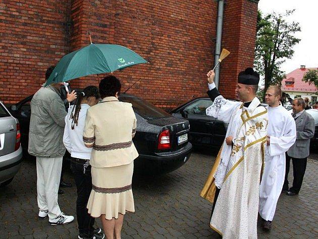 Nechat požehnat svému autu mohli řidiči v neděli dopoledne po mši ve Stonavě.