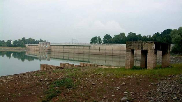 Na Žermanickou přehradu je v těchto dnech žalostný pohled.