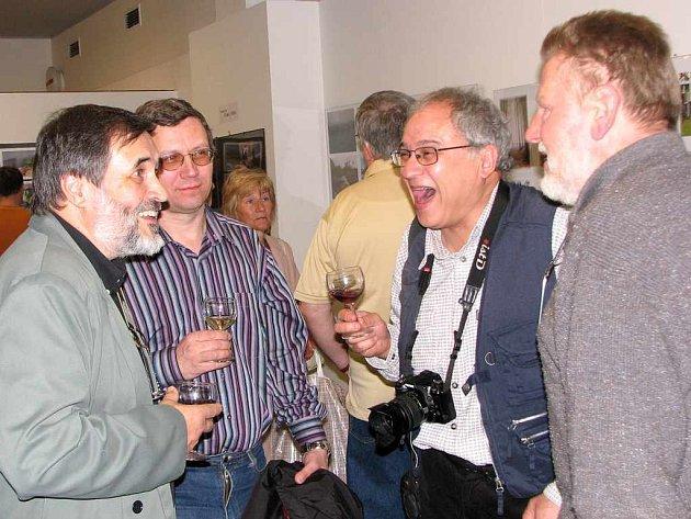 Předseda havířovského fotoklubu Jaroslav Hrachovec (vlevo) beseduje s účastníky vernisáže.