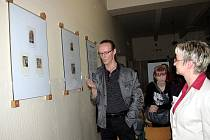 Ředitelka ZŠ Frýdecká Jiřina Sivá a Peter Kocák při zahájení výstavy.