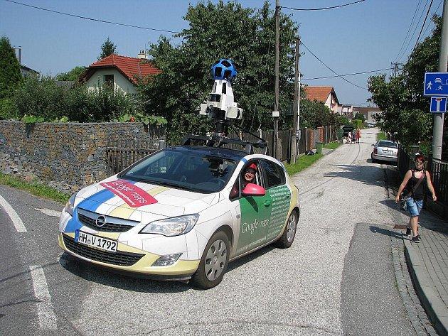 Automobil společnosti Google se speciální hlavicí ke snímkování ulic projížděl v úterý Havířovem. Řidičem byl Radim Strýček