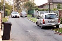 Pokud se v ulici chtějí vyhnout dvě auta, musí najet na patník nebo někomu do vjezdu.