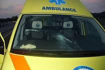 Opilec ve vzteku udeřil pěstí do čelního skla záchranářského vozidla a rozbil jej.