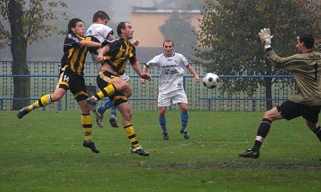 Petrovice (v bílém) zdolaly doma Český Těšín hladce 4:0.