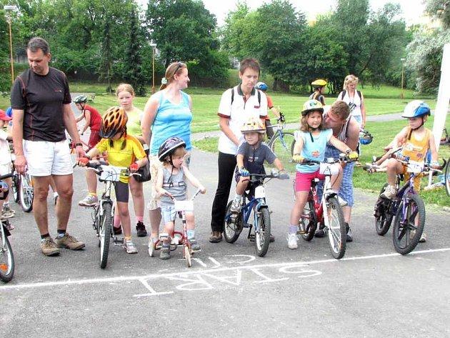 Tradiční cyklistický závod přitáhl na startovní čáru řadu dětí, které soutěžily v šesti kategoriích.
